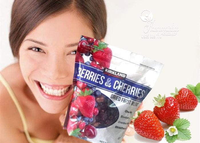 Trái cây sấy khô KirkLand Berries & Cherries Dried Fruit Blend của mỹ 567g