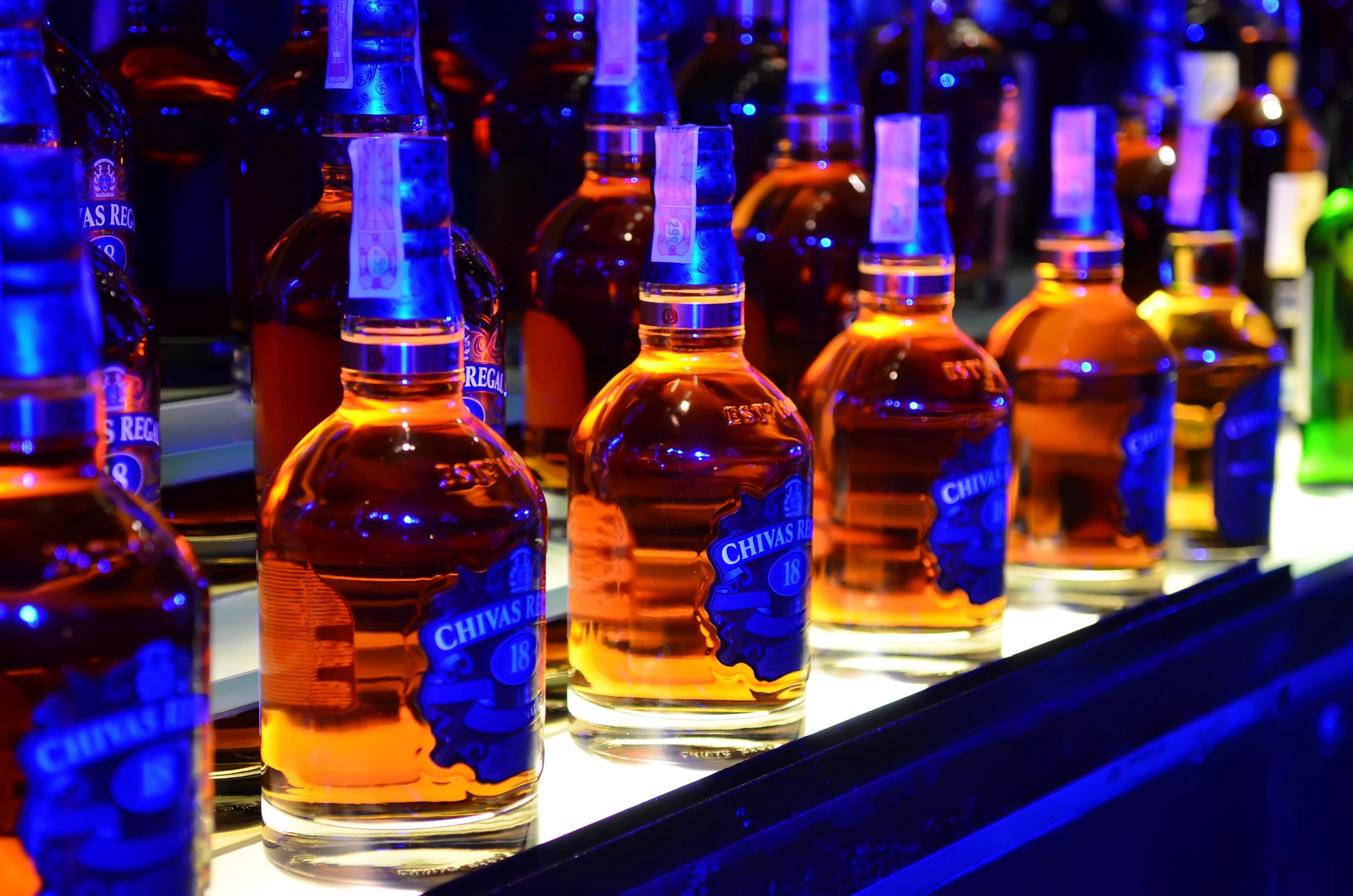 Hướng dẫn cách nhận biết, phân biệt rượu chivas 18 thật giả